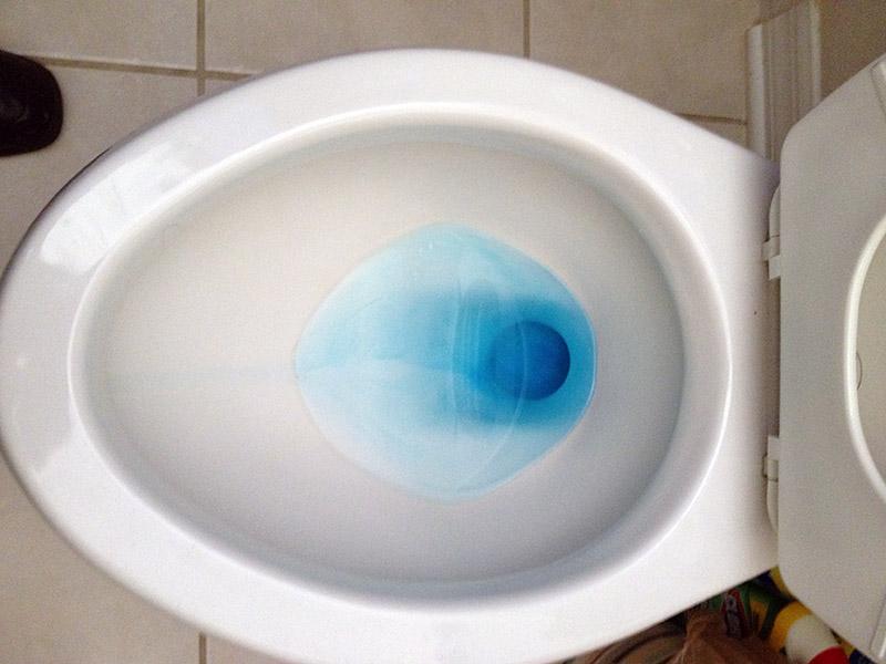 نحوه تشخیص نشتی لوله آب به علت خرابی توالت، از طریق رنگ به تانکر سیفون ممکن است. اگر رنگ وارد آب توالت شود، یعنی نشتی آب وجود دارد.