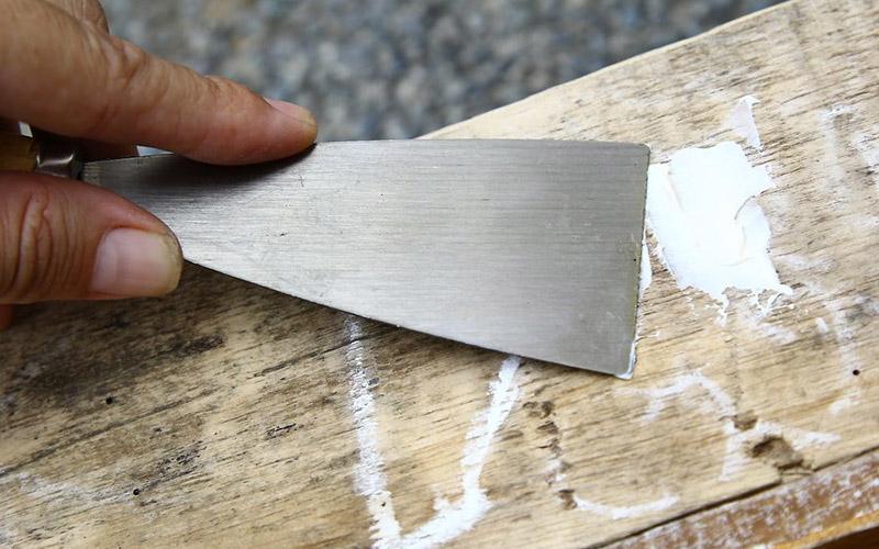 صاف کردن سطح چوب | اجرای بتونه چوب | بتونه کاری چوب