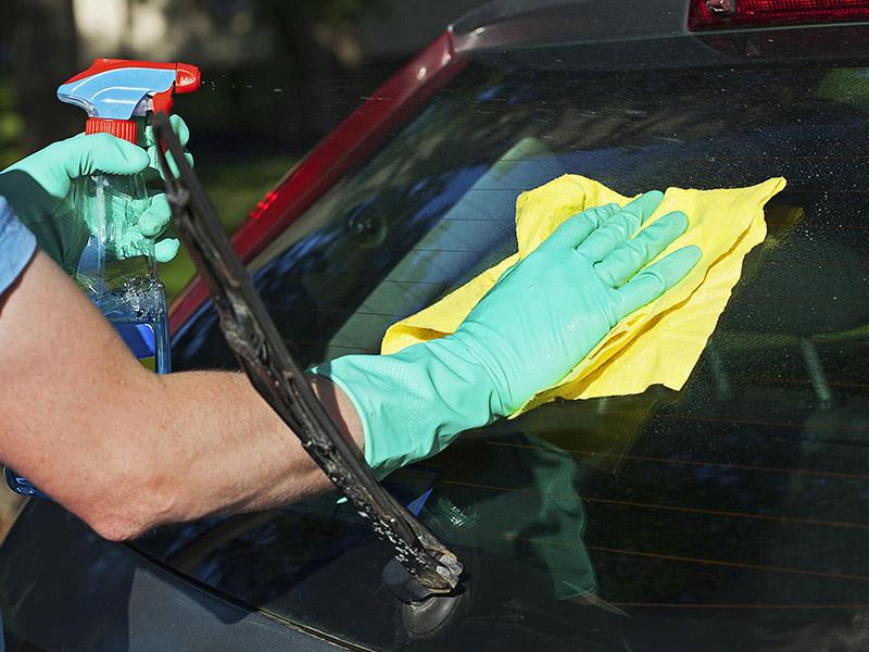 نظافت شیشه ماشین با دستمال میکروفایبر