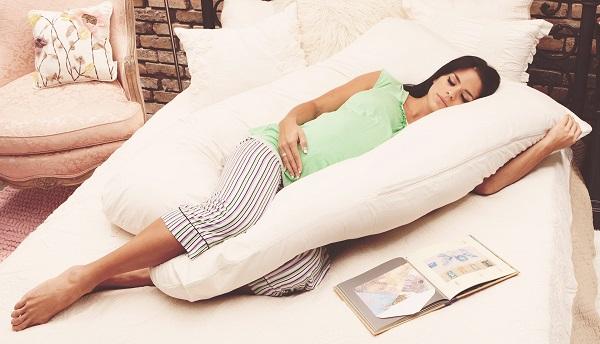 ایده آل ترین حالت خوابیدن در دوران بارداری، خوابیدن به روی پهلوی چپ است