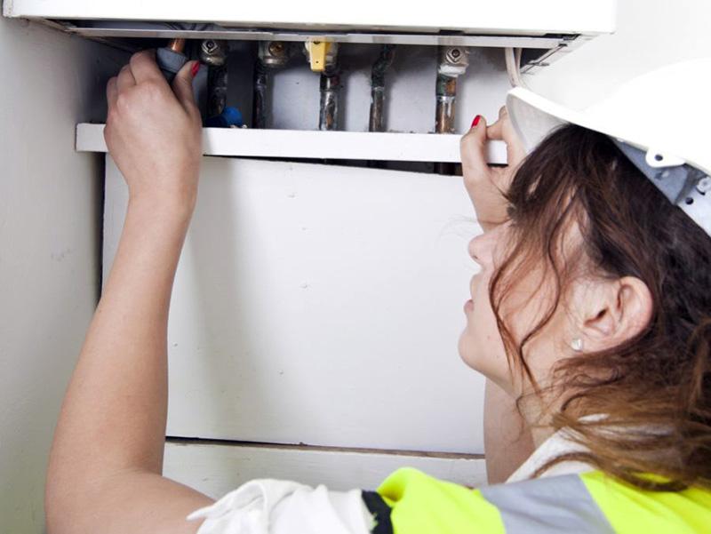 در لوله کشی گاز توکار، دسترسی به لولهها مستلزم باز کردن دریچه یا برداشتن مانعی است.