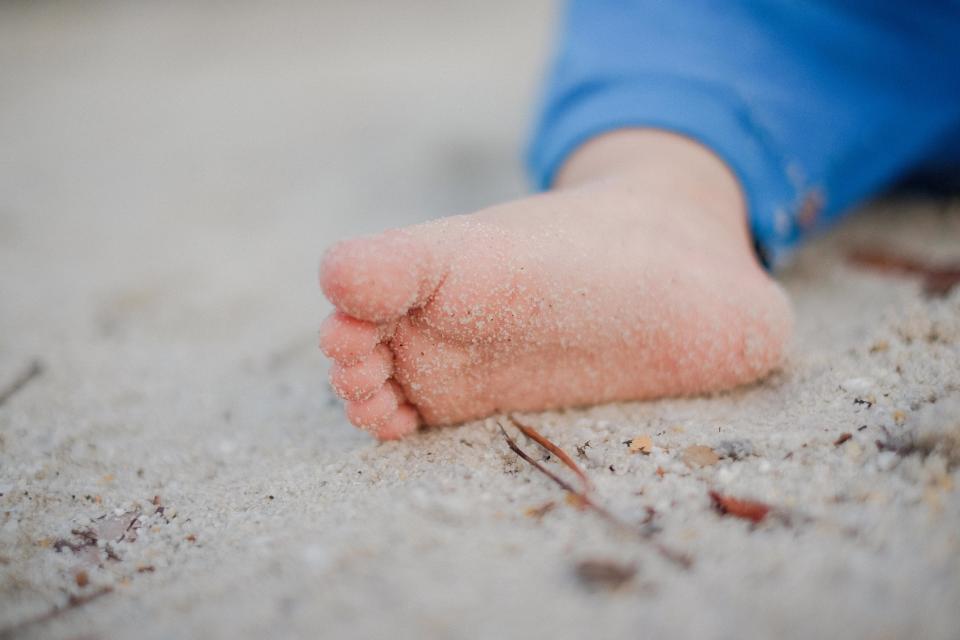 پودر بچه در راحت پاک کردن شن و ماسه از روی پوست کمک زیادی می کند