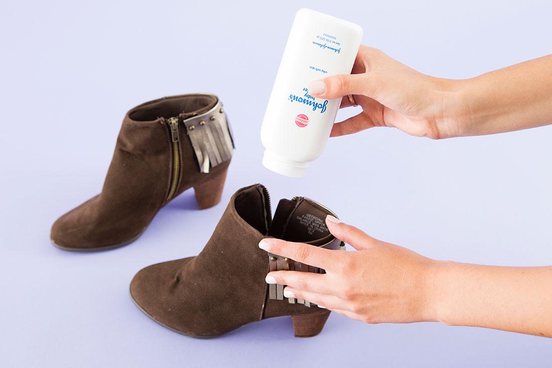 با ریختن کمی پودر بچه در داخل کفشهایتان، مانع از بوی بد کفشها شوید