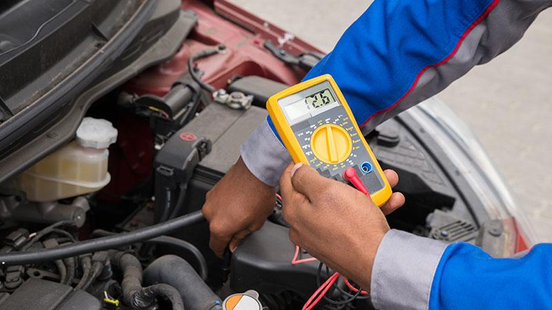 برای تست باتری ماشین با ولت متر، باید توجه داشته باشید که اعداد خروجی باید بین محدوده ۱۲٫۶ تا ۱۲٫۸ باشند تا اطمینان یابیم که باتری خودرو به میزان کافی شارژ دارد.