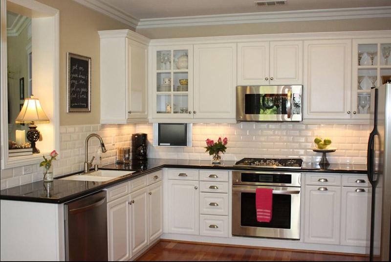 در سبک مینیمال به دنبال پیچیدگی و زرقوبرق نیستیم، به همین دلیل طیف رنگی روشن و سفید سرامیک آشپزخانه نقش اصلی را میتواند ایفا کند.