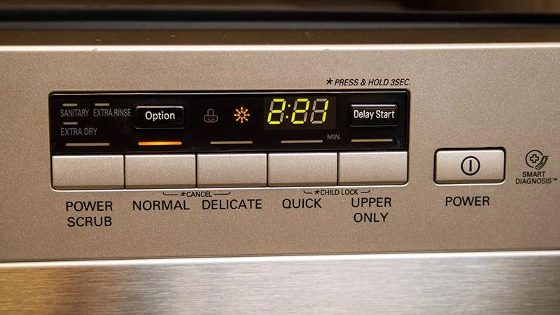 برای آغاز به کار ماشین ظرفشویی ال جی، باید دکمه شماره ۱ یعنی دکمه پاور آن را فشار دهید.