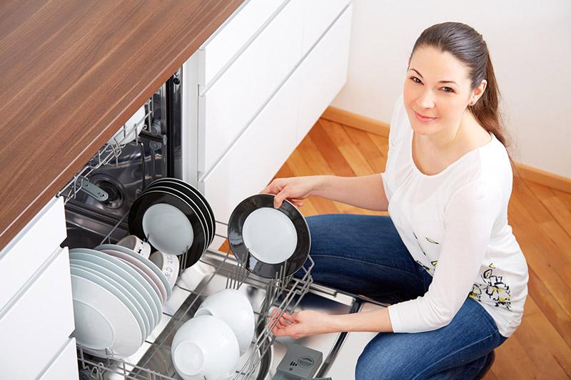 یک ماشین ظرفشویی استاندارد با مصرف آب کاملا معقول، مصرف شوینده بسیار کمتر و صرف مدت زمان بسیار کوتاه ظرف های شما را می شوید