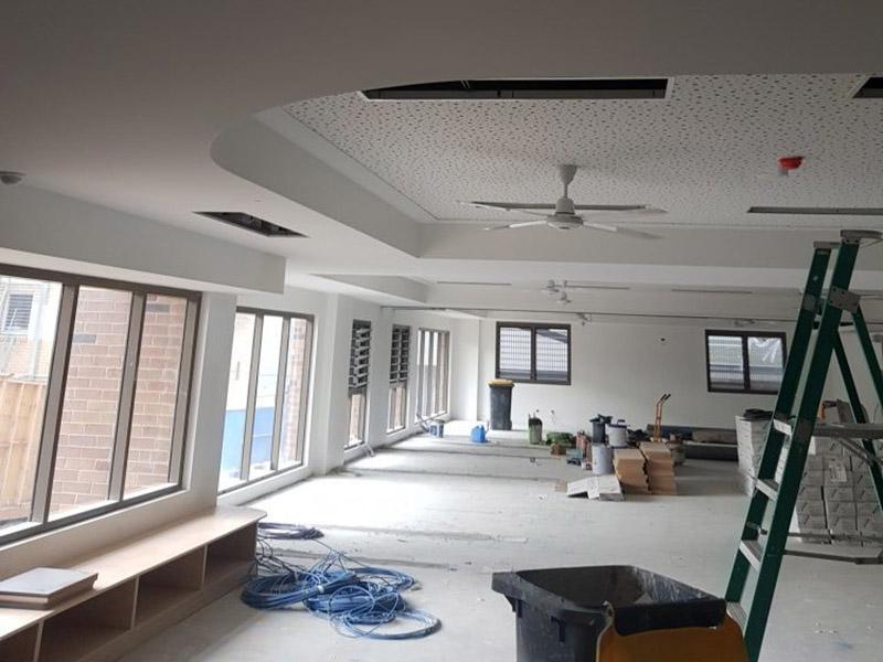 سقف کناف به علت طرحهای متنوعی که دارد، میتواند برای ایجاد تنوع در سقف منزل استفاده شود.