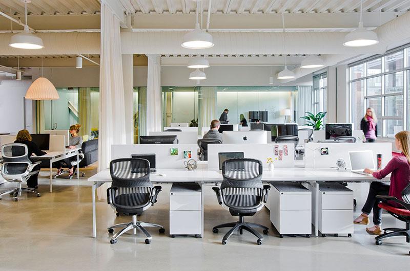 رنگ سفید یا نقرهای میتواند برای طراحی دفتر کار لاکچری مناسب باشد و حس و حالی لوکس به فضا بدهد.
