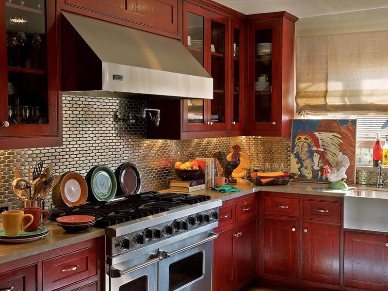 استفاده از رنگ قرمز در آشپزخانه فضا را برای گفتگو دلنشینتر میکند