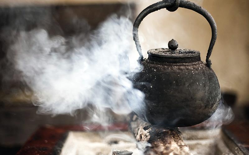 آب در شومینه ممکن است ناگهانی جوش بیاید و پاشیدن آن روی آتش مشکلاتی را برای شومینه شما ایجاد کند.