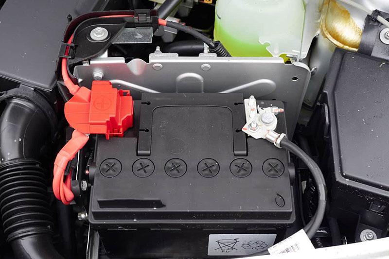 باتری خودرو در واقع مولدی است که انرژی الکترونیکی مورد نیاز ماشین را فراهم میکند