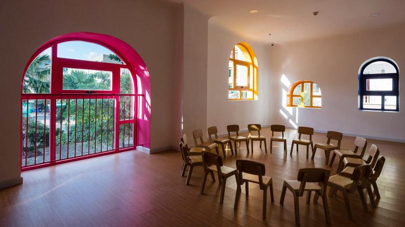 برای مکانهایی نظیر مهدکودک و فضاهای مرتبط با کودکان بهتر است از رنگ حفاظ شاد و رنگی استفاده شود.