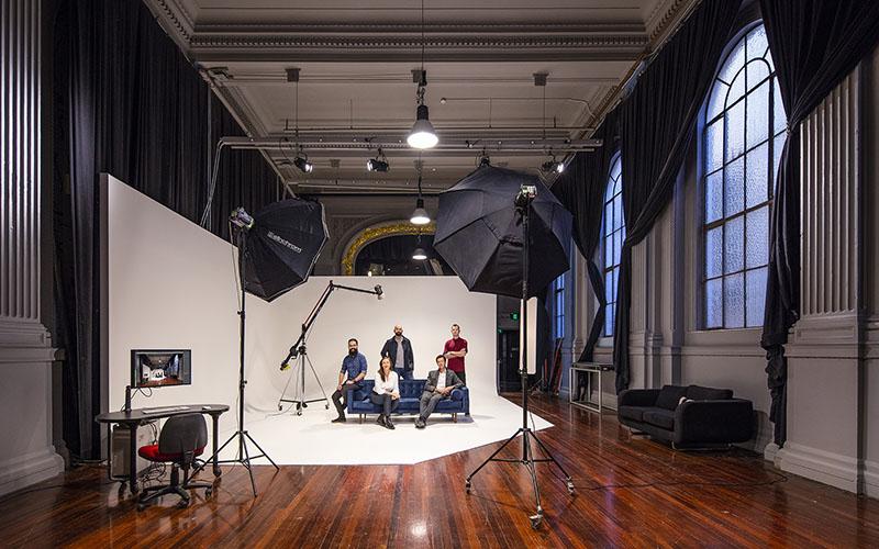 طراحی دکوراسیون داخلی آتلیه عکاسی - استفاده از وسائل و تجهیزات مناسب اولین اصل در طراحی دکوراسیون عکاسی است.