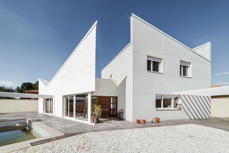 قرار گرفتن نمای ساختمان شما در معرض آفتاب میتواند به آن آسیب وارد کند.