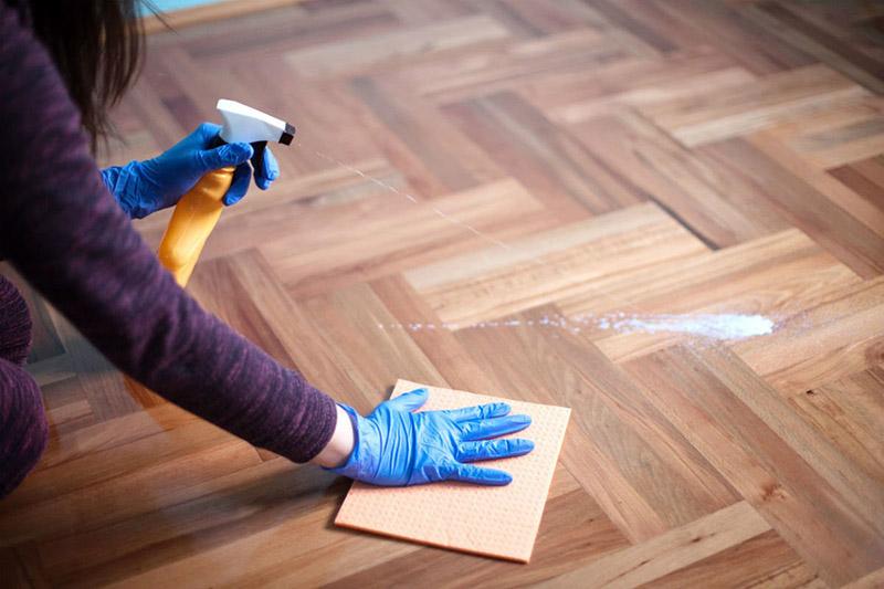 بهترین نحوه تمیز کردن کفپوش چوبی به این صورت است که قبل از شروع کار مواد تمیز کننده را در گوشهای از کفپوش که کمتر به چشم میآید، بزنید و آزمایش کنید