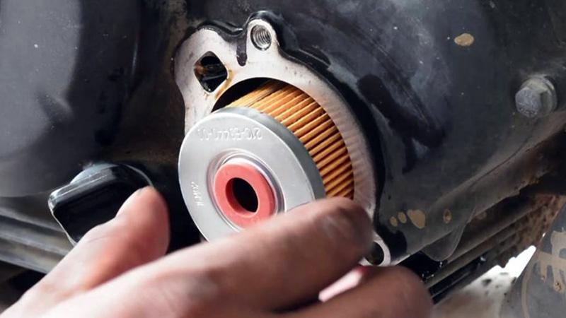 برای تعمیر موتور باید فیلتر روغن باید آن را به خوبی بررسی کنید