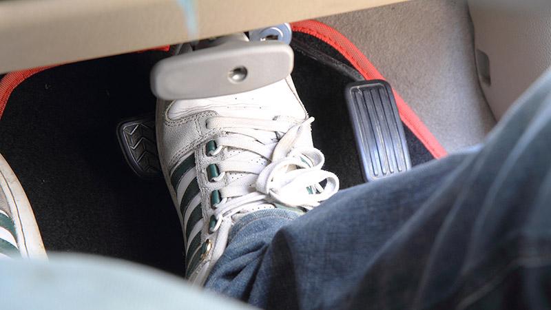 برای تقویت جلوبندی خودرو، هرگز حین رد شدن از دست اندازها، پدال ترمز را فشار نداده و نگه ندارید.