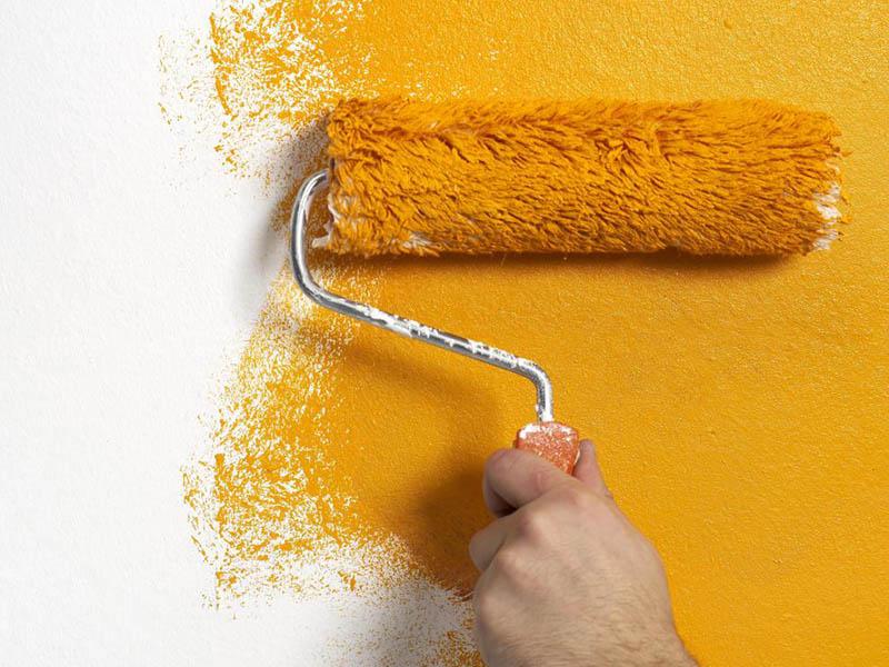 شما علاوه بر تهیه یک قلمموی مناسب برای رنگ کردن نمای ساختمان به یک غلتک نیز احتیاج دارید.