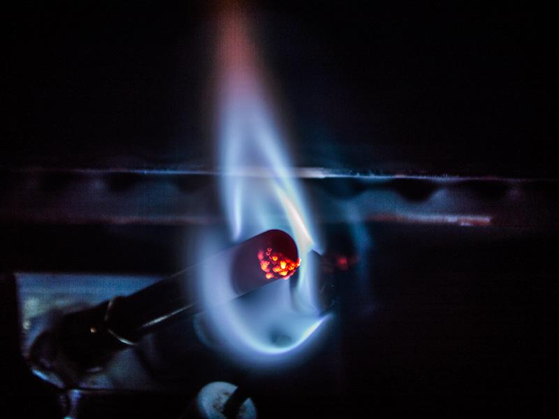 با ایجاد جریان در ترموکوپل شمعک بخاری روشن میشود.