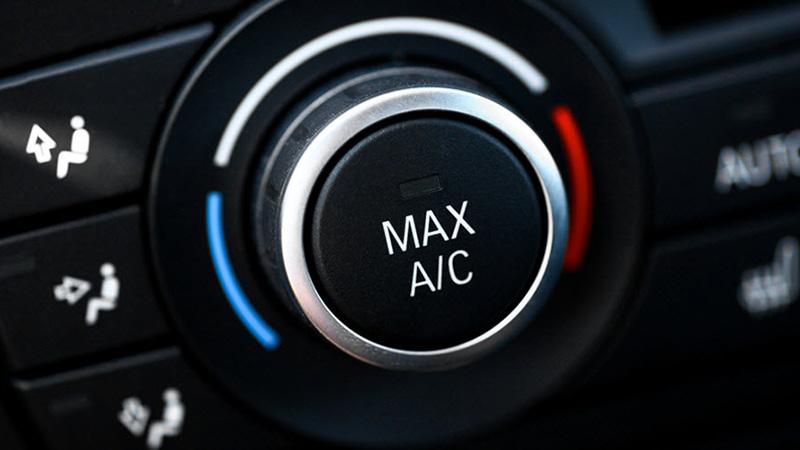 یکی از روش هایی که از بخار کردن شیشه ماشین جلوگیری میکند، استفاده از دکمه AC کولر و تنظیم فن بر روی شیشه است.