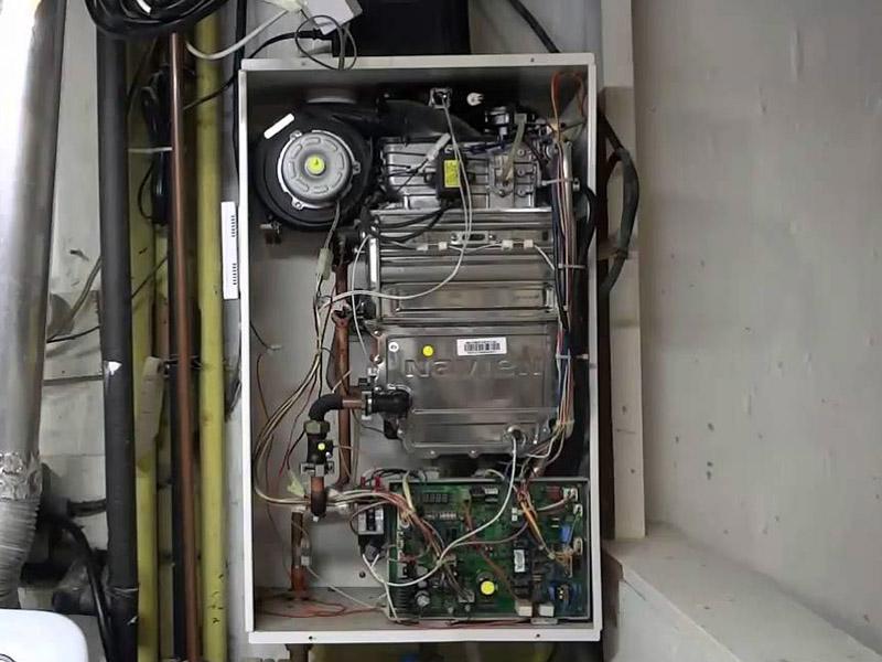 در مبدلهای تکی، گرمای آب مصرفی و گرمایش رادیاتورها توسط یک مبدل و با تماس مستقیم با شعله تأمین میگردد.