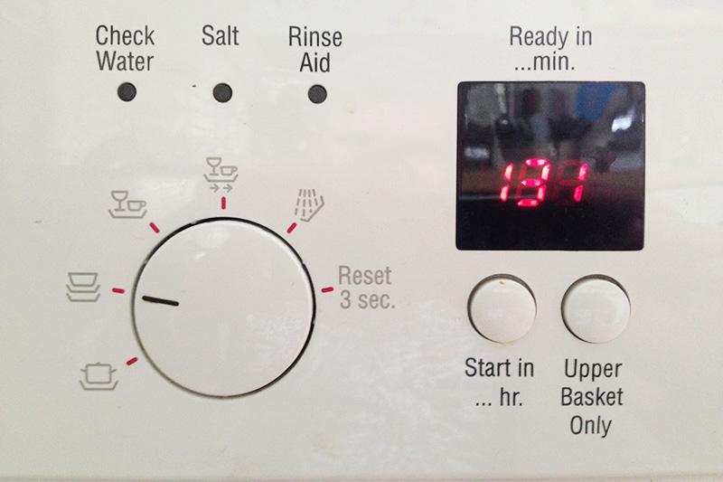 هر زمان که روی صفحه نمایش ماشین ظرفشویی خود علامت دو فلش رفت و برگشت را مشاهده کردید، بدانید که نمک ماشین رو به اتمام است.