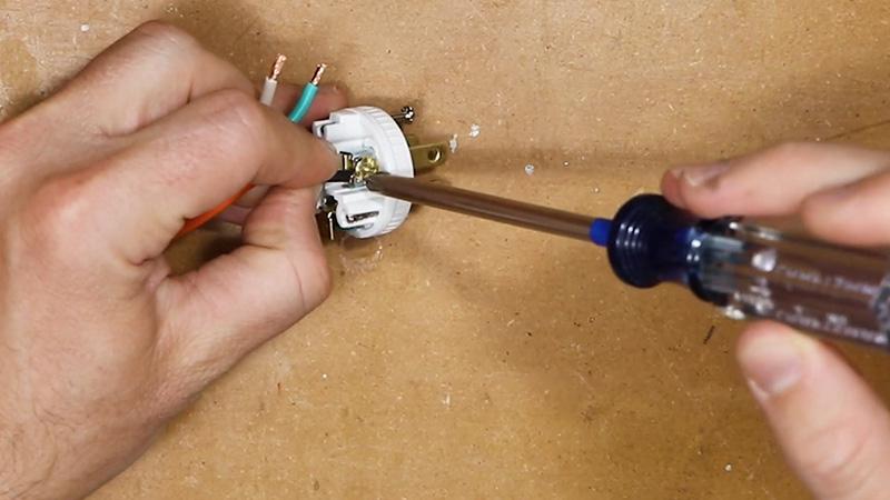 پس از آن که دوشاخه جدید را باز کرده و به بخش ترمینال سیم ها دسترسی پیدا کردید، لازم است که هر یک از سیم ها را در ترمینال مربوط به خود قرار دهید.