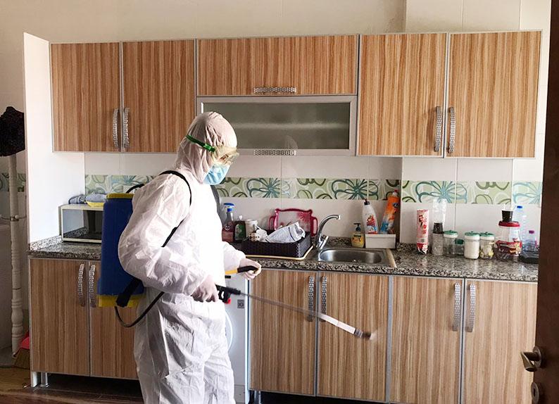برای جلوگیری از شیوع ویروس کرونا در خانه میتوانید بعد از استفاده از خدمات نظافت منزل از خدمات ضدعفونی منزل استادکار استفاده کنید. | خدمات ضدعفونی حرفه ای منزل و محل کار استادکار | نظافت منزل در دوران کرونا