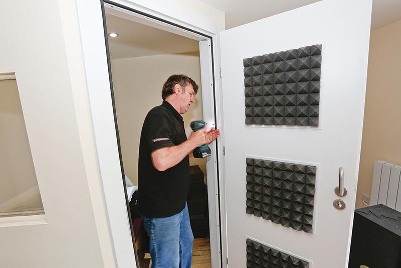 پنلهای عایق درب ساختمان شکلها و جنسهای مختلفی مثل چوبی هم دارند، اما پنلهای فومی محبوبترین مدل هستند.