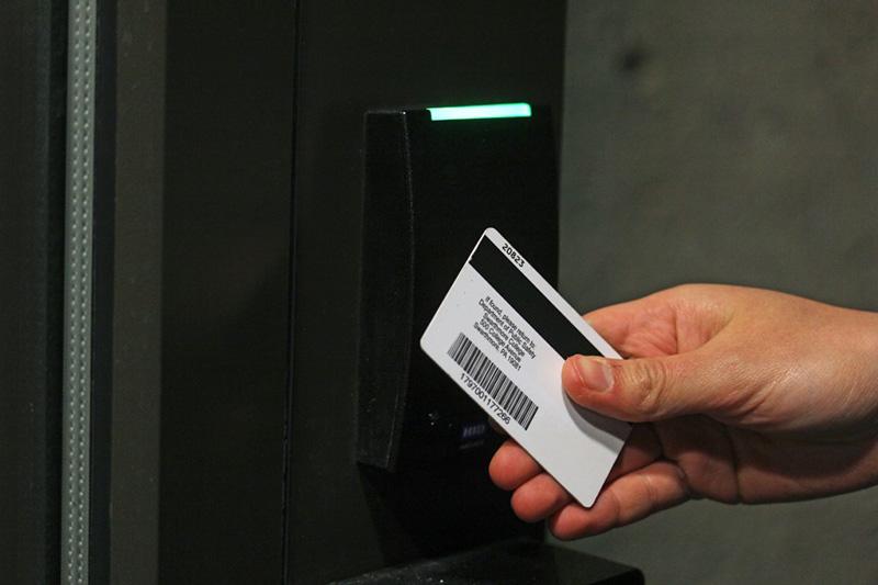 قفل کارتی روشی مدرن و پیشرفته برای باز کردن درب است.