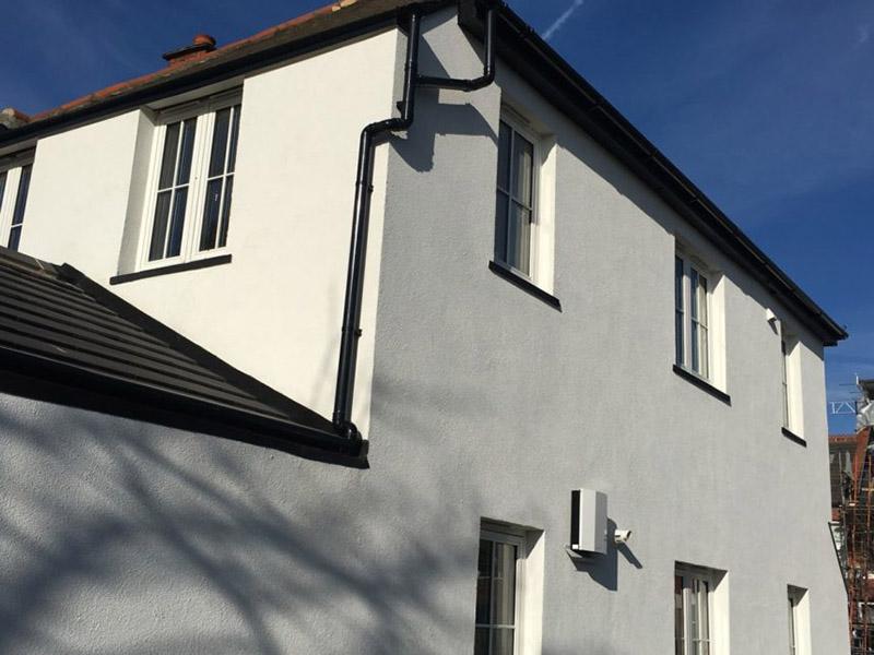 نمای سیمانی ساختمان شامل مجموعهای متنوع از طرحهای سبک رومی، چکشی، کلنگی، سیمان شسته و نمای تگری است.