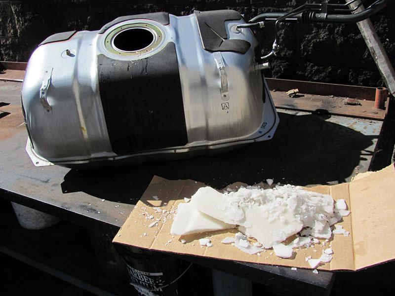 اضافه کردن شکر در باک بنزین خودرو گاهی عوارض جدیتری از آنچه که به نظر میرسد دارد.