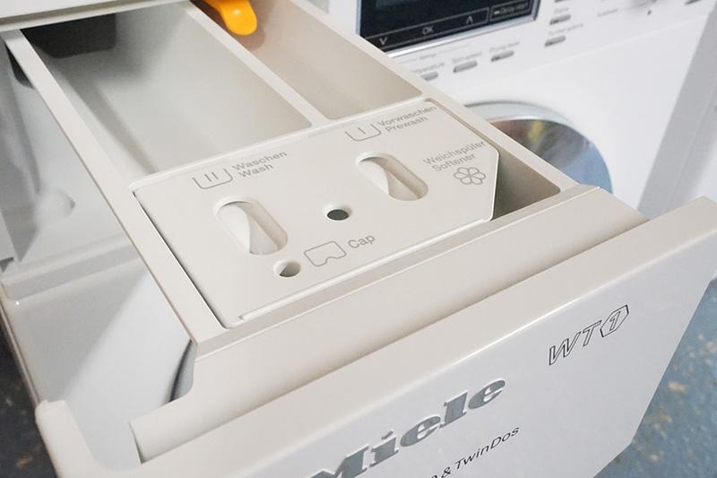 به صورت کلی هر ماشین لباسشویی دارای ۲ یا ۳ محفظه برای مواد شوینده و نرمکننده است.