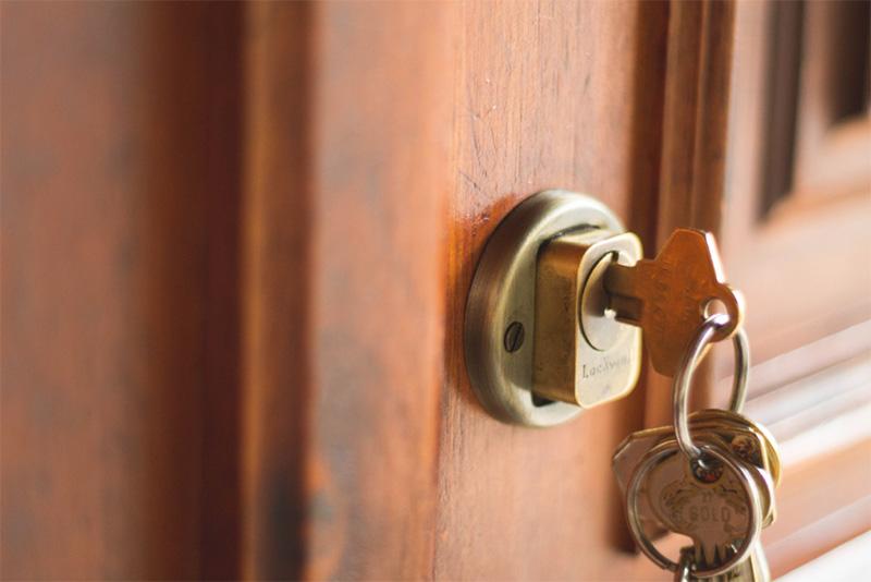 مهمترین مزیت قفل کارتی این است که دیگر نیاز به کلید برای باز کردن قفل درب ندارید.