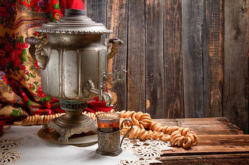 بهتر است بخشی از دکور رستوران سنتی را به سماور و استکانهای قدیمی اختصاص دهید.