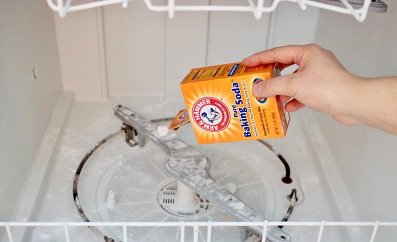 جوش شیرین هم یکی از شویندههای خانگی و به نوعی مایع ضدعفونی کننده ماشین ظرفشویی است که میتوانید از آن برای جرم گیری ماشین ظرفشویی بهره بگیرید.