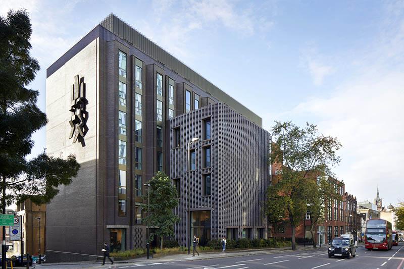 نمای ساختمان اداری باید متمایزتر از نمای ساختمان مسکونی طراحی شود تا در میان صدها ساختمان مسکونی که شاید در اطراف آن وجود دارد، مشخصتر باشد.