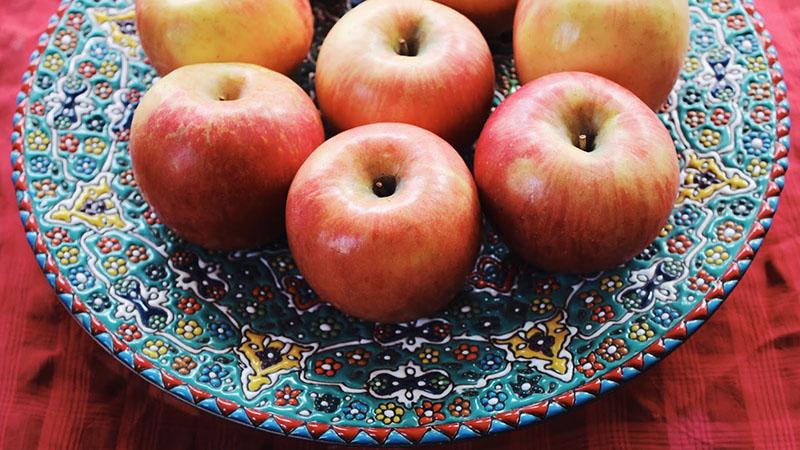 سیب و سرخی چشمنواز آن یکی از زیباییهای سفره هفت سین است که میتواند طراوت خاصی را به هفت سین شما هدیه کند.