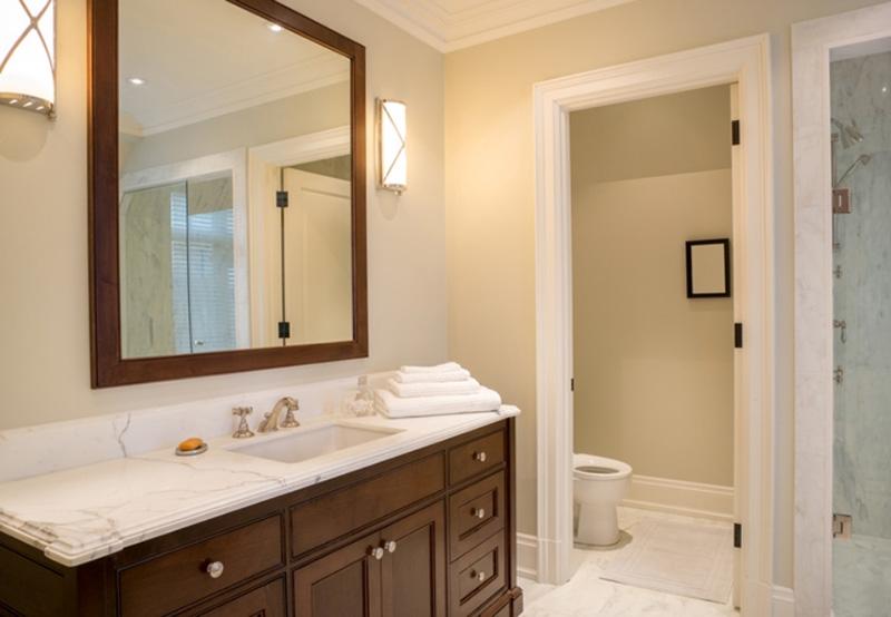 سعی کنید حوله و مسواک خود را در فضای توالت قرار ندهید تا در معرض بخارهای سمی قرار نگیرند. حولهای که بعد از استفاده خیس گشته و در توالت میماند، به راحتی میکروب و بخارهای توالت را جذب خود میکند.