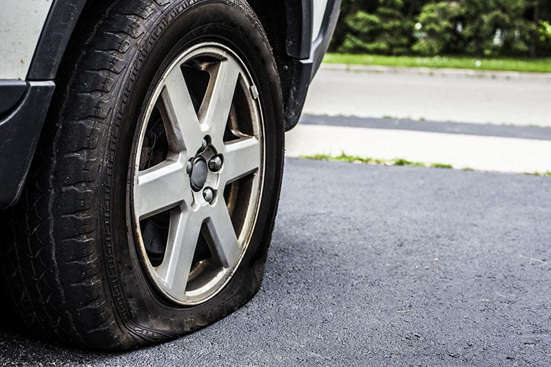 راه رفتن با ماشین پنچر میتواند موجب آسیب به بلبرینگهای خودرو شود و به سیستم تعلیق و کمک فنر ماشین نیز آسیب وارد کند.