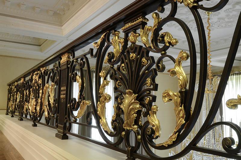 استفاده از رنگ مشکی با طلایی یک ترکیب فوقالعاده زیبا برای راه پله منزلتان خواهد بود و جلوه شگفتانگیزی به آن میبخشد.