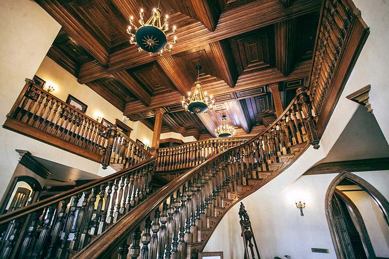 معمولاً از نردههای گرانقیمت با نقوش زیبا بیشتر در داخل خانه استفاده میشود.