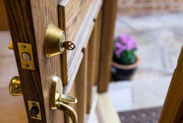 تغییر رنگ درب چوبی و روشهای جلوگیری از آن