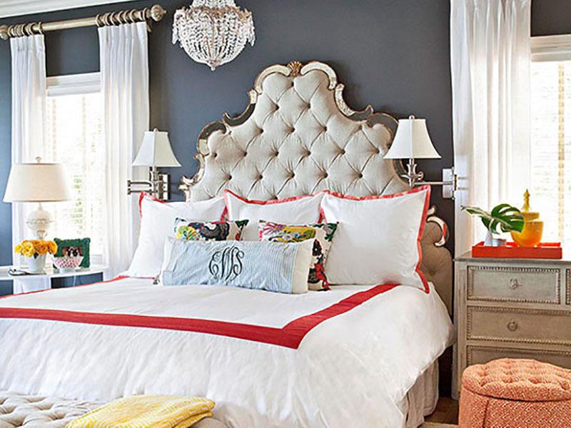 برای اینکه دکوراسیون دیوار با رنگ تیره چشمگیرتر و لوکستر به نظر برسد، بهتر است از رنگهای درخشان مثل نقرهای و طرحهای آینهای برای لوازم جانبی خانهتان استفاده کنید.