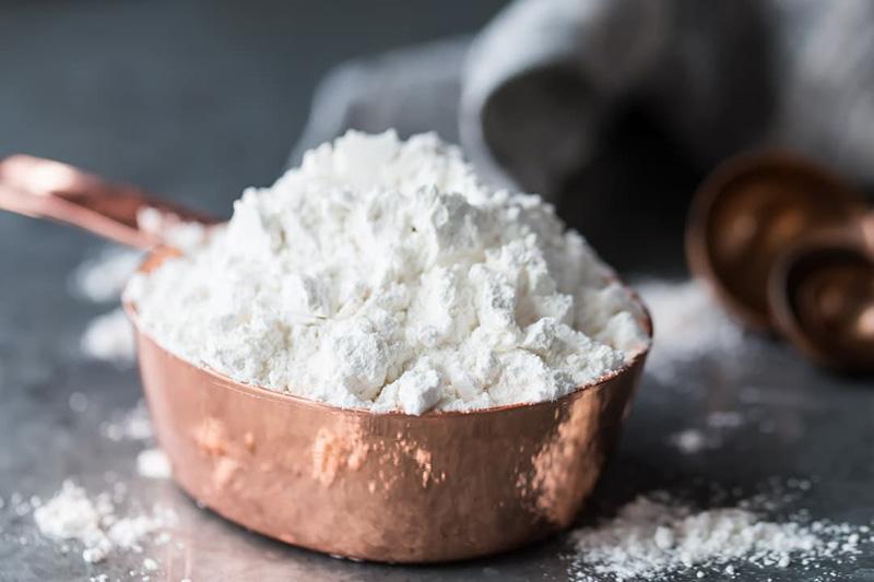 برای پاک کردن لکه روغنی و برق انداختن فرش بدون شستن باید از آرد معمولی و یا آرد ذرت استفاده کنید.