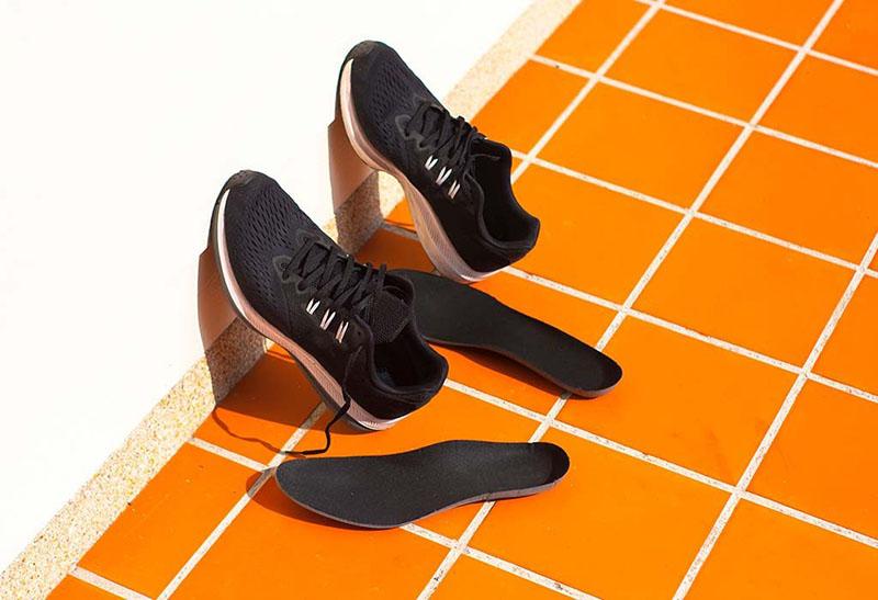کفشها را برای خشک شدن، مستقیم زیر نور آفتاب قرار ندهید. نور آفتاب میتواند چسب دور کفش را خراب کرده و روی رنگ کفش پارچهای تاثیر بگذارد.