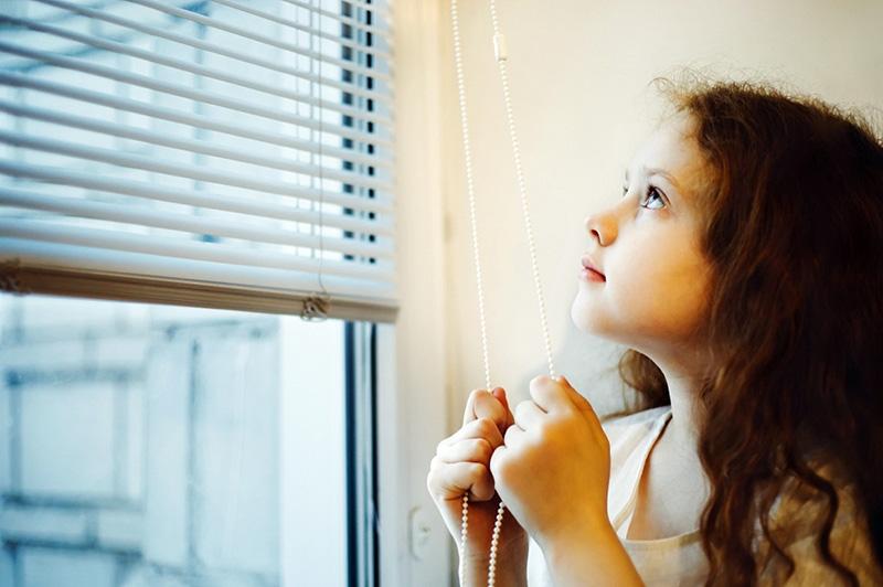 مسدود کردن نور پنجرهها برای جلوگیری از تغییر رنگ درب چوبی داخلی