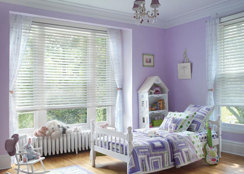 استفاده از کرکره و پارچههای پردهای در کنار هم یکی از مدل پرده های جدید اتاق خواب محسوب میشود.