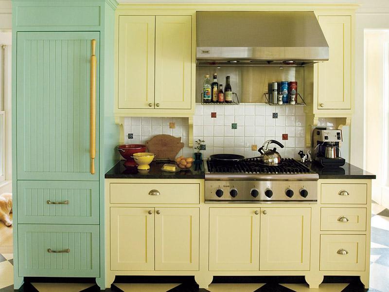 یکی از انواع رنگ کابینت های گلاس برای افرادی که دوست دارند آرامش و را در آشپزخانه خود تجربه کنند، استفاده از رنگ سبز یشمی روشن در کنار شیری است.
